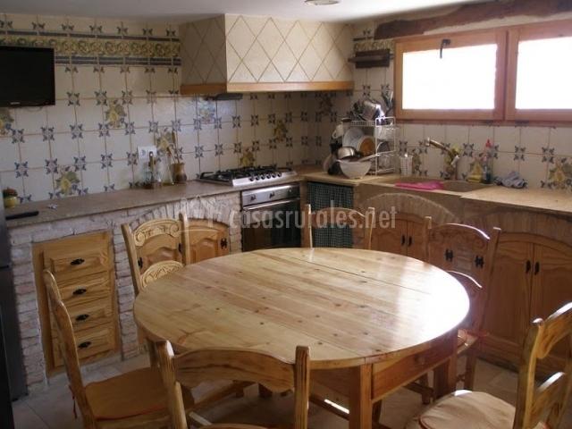 Caseta dels cirerers en masdenverge tarragona for Mesa redonda de madera para cocina