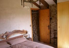Dormitorio con detalle de la mesilla de noche
