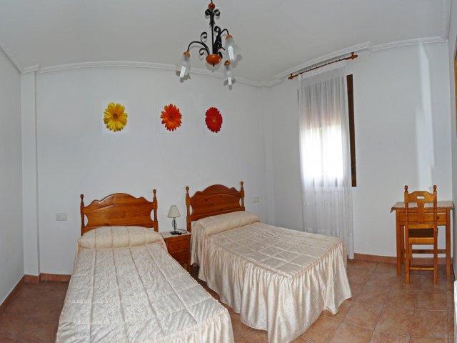 Dormitorio doble con mesa de trabajo