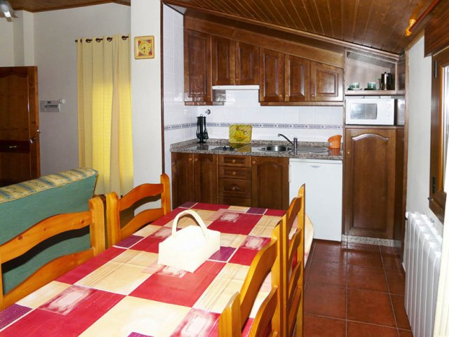 Cocina abuhardillada de apartamento cuádruple