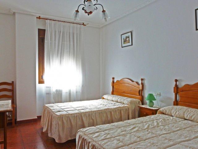 Dormitorio doble con buena iluminación