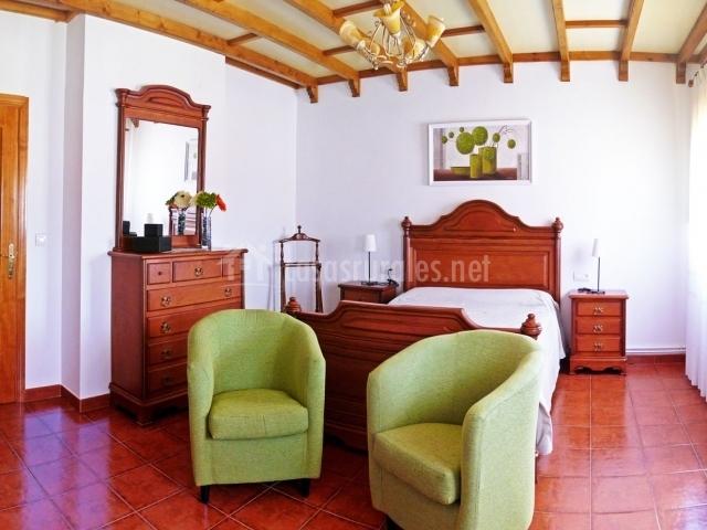 Dormitorio de Suite con butacas
