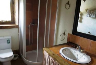 Baño con azulejo de barro y ducha