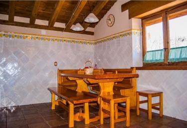 Cocina con mesa de madera y bancos