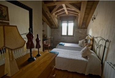 Dormitorio con camas individuales en la casa