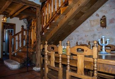 Salón comedor con escaleras al fondo