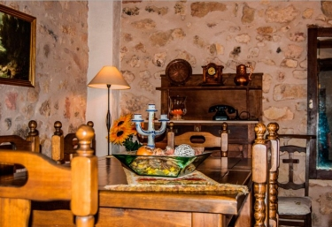 Salón comedor con paredes de piedra natural