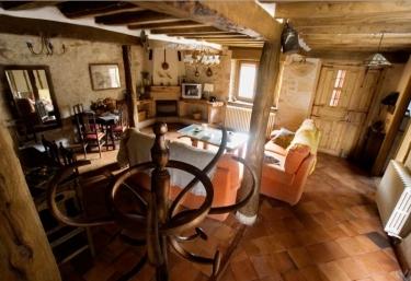 Salón comedor con techos de madera