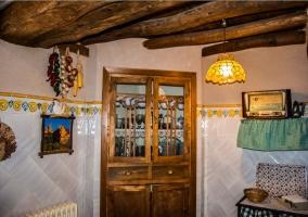 Cocina con antigua alacena de madera