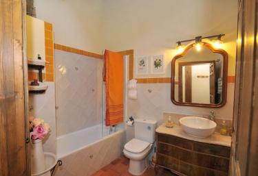Aseo con bañera y antiguo mueble de madera