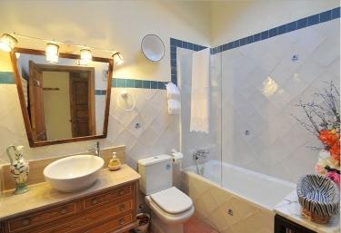 Aseo con bañera y espejos