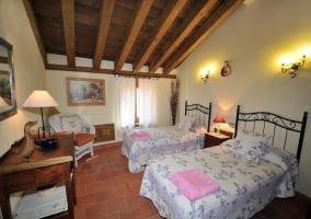 Dormitorio con camas individuales en la planta alta