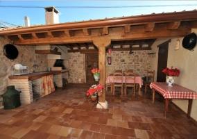 Vistas del porche con barbacoa y mesa para comer