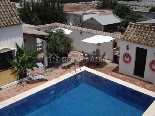 Estudio el olivo alojamientos vijilia en vejer de la for Complejo rural con piscina