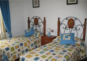 Dormitorio con camas individuales y mesillas de noche
