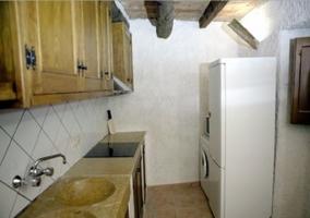 Cocina con armario de madera