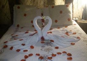 Dormitorio de matrimonio con decoración romántica