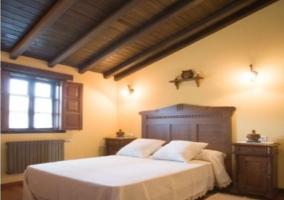 Dormitorio de matrimonio con mesilla de noche