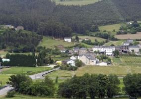 Zona natural con pueblo