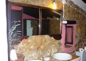 Baño de piedra con doble lavabo