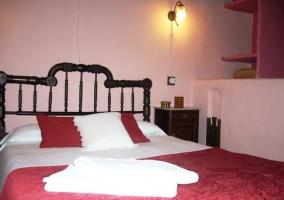 Dormitorio de matrimonio con colcha roja
