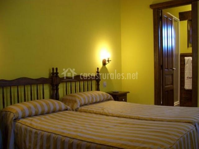 Dormitorio doble con paredes en color pistacho