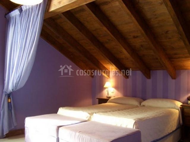 Dormitorio doble con sala de estar y techos abuhardillados