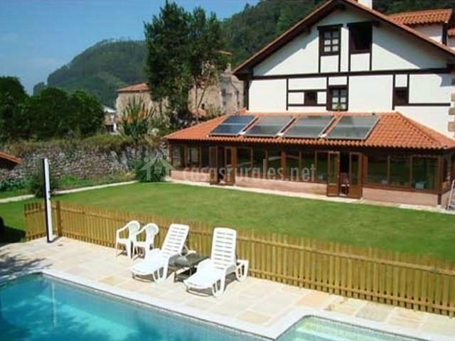 Vistas de la fachada con piscina