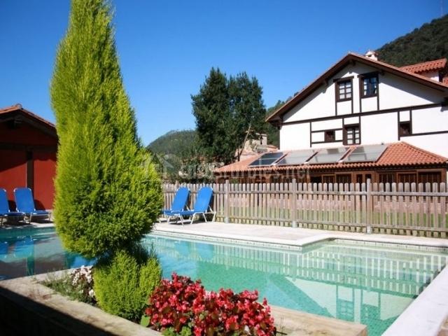 Vistas de la fachada y la piscina