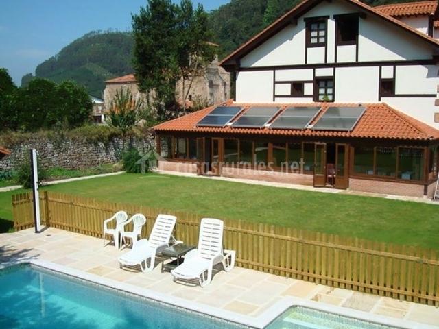 Vistas de la piscina con fachada