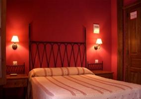 Dormitorio doble con paredes rojas