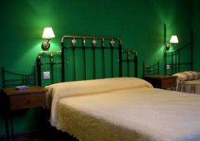Dormitorio doble con paredes verdes y supletoria