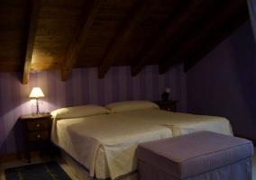 Dormitorio doble con sala de estar y mesillas de noche