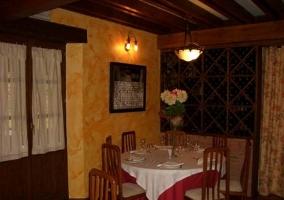 Restaurante con vajilla completa