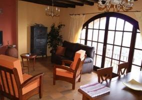 Salón comedor con ventana y vistas
