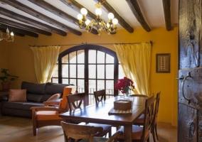 Salón comedor con ventanal