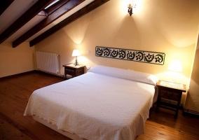 Dormitorio con cama de matrimonio y tragaluz