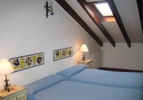 Dormitorio con camas individuales y mesilla