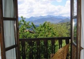Dormitorio con vistas al exterior