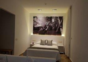 Dormitorio de matrimonio con luces