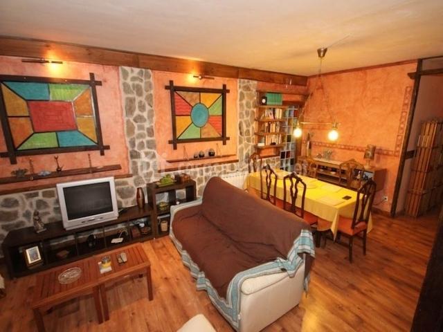 Casa del lago en sacedon guadalajara for Salon comedor completo