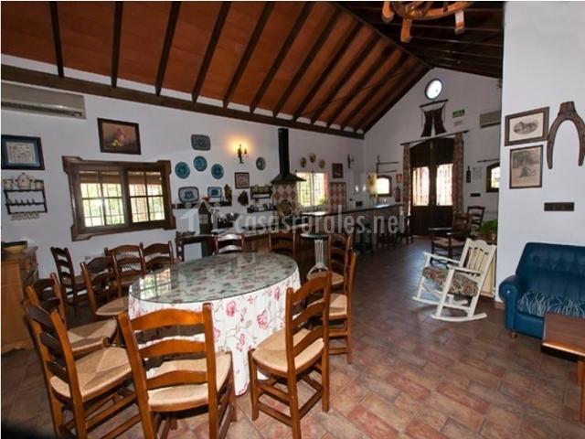 Isla del genil en benameji c rdoba - Salon comedor con mesa redonda ...