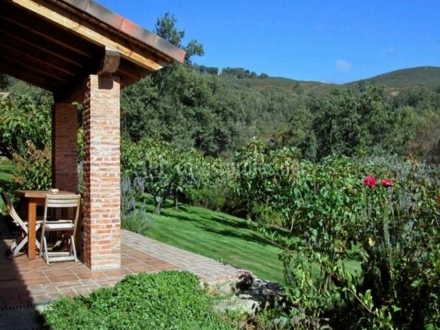 Vistas de la terraza y mesa de madera