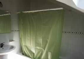 Aseo con bañera en espacio abuhardillado