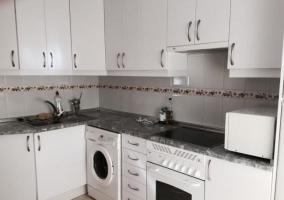 Cocina en color blanco con encimera de granito