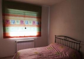 Dormitorio con cama de matrimonio y colcha floral