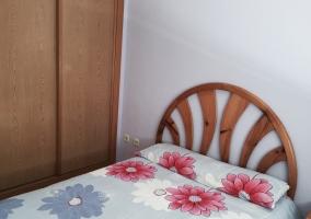 Dormitorio de matrimonio con colcha floral