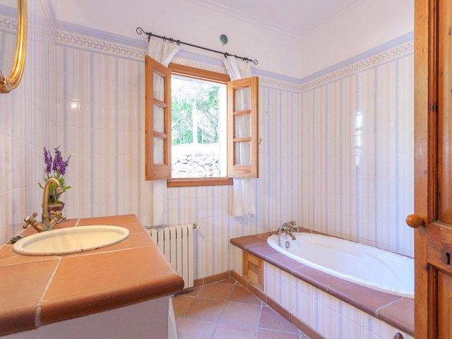Cuarto de baño con bañera en tonos marrones y blancos