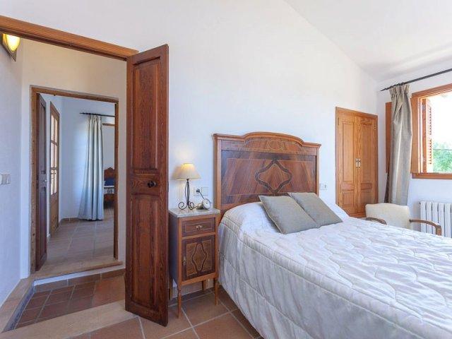 Habitación doble con cabecero de madera