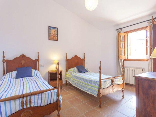Habitación con dos camas individuales azules